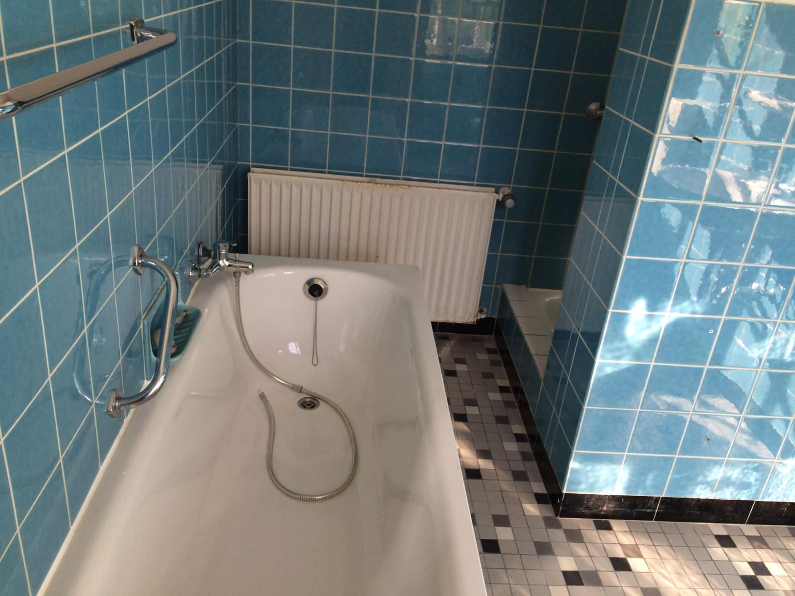 Das Derzeitige Badezimmer Im Unteren Stockwerk. Leider Wurde Hier Seit Den  60er Jahren Nichts Mehr Gemacht... Nach Dem Einbau Des Neuen  Wellness Badezimmers ...