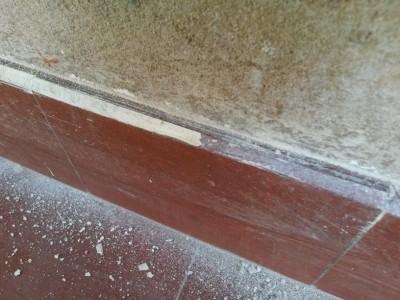 Die Fußleisten wurden mit Putz und Farbe beschmiert.