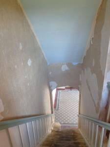 Nur die Decke im Treppenhaus ist noch tapeziert.