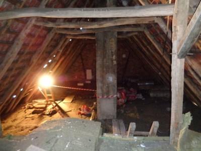 Der größte Teil des Dachbodens. Nur zwischen dem Absperrband...
