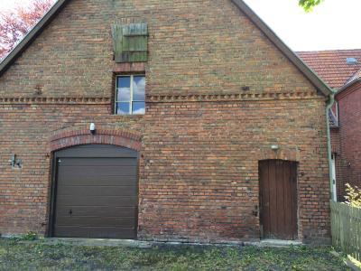 Die vordere Scheune ist noch etwas renovierungsbedürftig. Hier kommt eine neue Tür hinein und die oben zu erkennende Tür zum Heuschober wird erneuert.