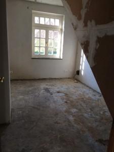 Noch ist hier eine Menge zu tun. Ursprünglich mal als Büro und Serverraum geplant, haben wir uns nun entschieden, das dieser Raum unser Wellness-Badezimmer werden soll.